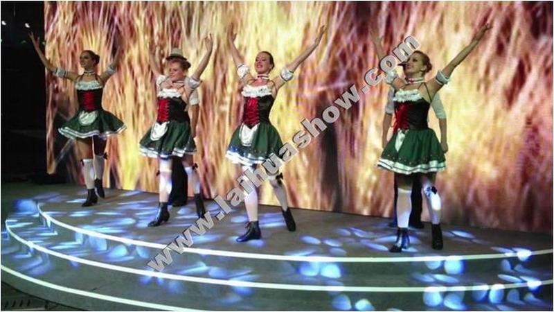 专业欧美舞蹈团Lensa  Lensa自09年来到上海,凭借他们深厚的舞蹈功底、超强的舞蹈编排技巧及精湛的演艺活跃于中国的各大商业演出活动舞台,除了能让中国观众领略欧美国家舞蹈艺术魅力,又能使观众真正的融入到他们的演出之中。  他们所选用的舞蹈音乐片段新潮又不失高雅,排练出来的舞蹈流畅自然、大气磅礴,舞蹈演员倾情投入,舞台上浑撒他们的激情,静动之间尽展示着他们对舞蹈的热爱,带来的舞蹈给人超完美的享受。  他们的演出不拘限于活动内容,服务于各类商演庆祝活动,如公司年会、商业庆典、综艺晚会、婚礼、品牌产品